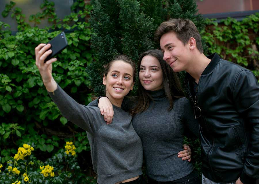 teenagers-three-selfie